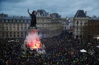 Fra morgenstunden strømmede folk iklædt gule veste ind i Paris' centrum, hvor de på forhånd havde annonceret, at de ville demonstrere mod regeringen og præsident Emmanuel Macron. Billedet her er fra Place de la Republique.