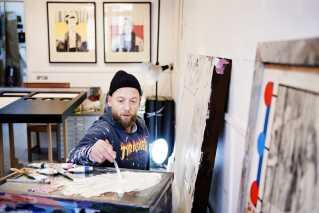 Kasper Eistrup arbejder i sit atelier i Kødbyen på Vesterbro. Han har altid haft en drøm om at blive billedkunstner.