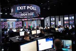 Valgstudiet var indrettet, så en del af nyhedsredaktionen var tilstede, mens der blev sendt live-tv.
