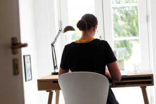 Anne har indrettet et hjemmekontor med husets bedste udsigt. Parret bor på et nedlagt landbrug i Malling syd for Aarhus. Foto: Palle Herløv.