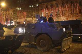12 pansrede køretøjer var udkommanderet i Paris. Optøjerne blev ikke så voldsomme som forrige weekend, der bød på de mest omfattende gadekampe i byen siden 1968.