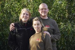 Pernille Andersen (forrest), Rasmus Pedersen og Nadja Søndergaard har én opgave fra starten af april, og det er at få pandaerne til at falde til og trives i deres nye hjem i København Zoo de næste 15 år.
