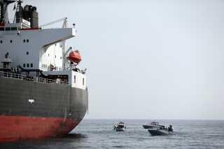 Et af de ramte tankskibe: Al Marzoqah fra Saudi-Arabien. Det bliver undersøgt af dykkere for miner.