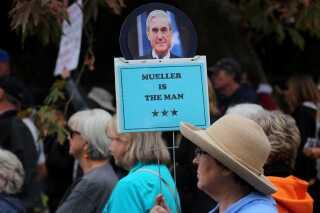"""En demonstrant holder et skilt op af den særlige anklager Robert Mueller med titlen """"Mueller er vores mand"""" ved en demonstration i Vista, Californien."""