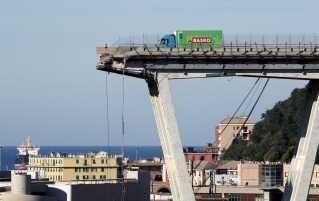 En grøn lastbil fra supermarkedskæden Basko nåede at bremse faretruende tæt på det sted, hvor broen forsvandt.
