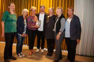 Morten Pape omgivet af DR Romanpris 2019-juryen, fra venstre: Jane Hansen (Årre), Ida Espersen (Roskilde), Mary-Ann Haubirk (Dragør),  Inga Christensen (Bolderslev), Marianne Christensen (Thurø) og Birgit Borum (Støvring).