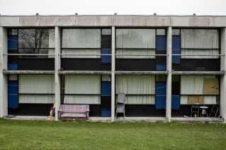 - Der er 6000 hjemløse i Danmark. I Aarhus, hvor jeg bor, skal de nu til at rive 1000 boliger ned. Hvis man i stedet gav dem til hjemløse, så ville en sjettedel af alle hjemløse få en bolig. Løsningerne er ret nemme – folk skal bare lytte til dem.