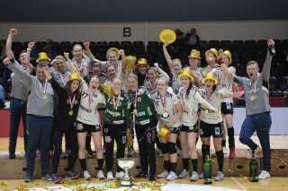 Hele Esbjerg-holdet samlet til jubel og pressefoto.