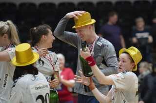 Cheftræner Jesper Jensen tog sin guldhat på med glæde.