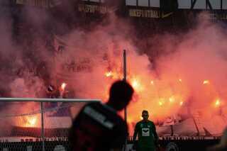Medrejsende fans fra Esbjerg fik tændt godt op under MCH Arena i Herning.