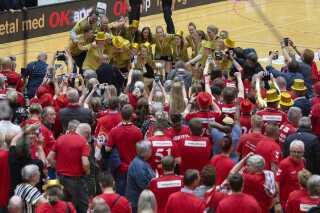 Masser af esbjergensiske fans blev hængende efter sejren for at fejre deres nykårede danmarksmestre.