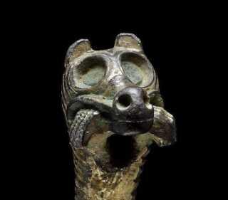 - En stor del af fundene har dyremotiver. På den måde kan vi få forbindelse til fortiden. Det fortæller os, hvilken drømmeverden, vores forfædre har haft., fortæller Morten Teilmann-Jørgensen. Her ses Fenris-ulven med en arm i munden.