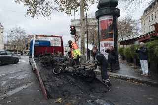 I dag er oprydningsarbejdet i fuld gang i den franske hovedstad, hvor det over natten har regnet kraftigt.