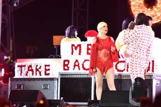 Efter parrets brud i december 2018 dukkede Offset op under en af Cardi Bs koncerter. Her gik han på scenen med en vogn fuld af blomster, der stavede ordene: 'Tag mig tilbage, Cardi'.