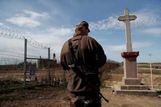 En soldat holder vagt ved grænsen mellem Ungarn og Serbien.