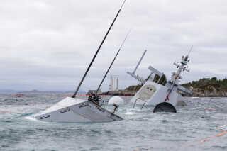 Efter tre vandtætte sektioner blev fyldt op med vand, begyndte fregatten hurtigt at synke. Det norske forsvar kæmper nu, for at få den bjærget, inden den lider mere skade.