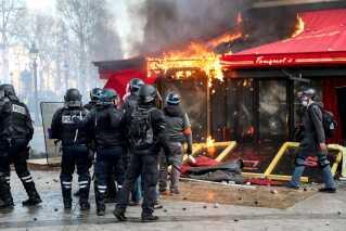 Der er blevet sat ild til både caféer og butikker under de voldsomme demonstrationer i Frankrig.