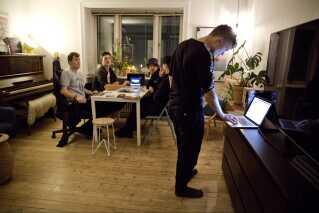 Martin holder game night, hvor de to bandmedlemmer Simon (bagerst tv.) og Kasper (bagerst th.) er med. Han har boet i København siden 2012, hvor alle vennerne flyttede derover. Derudover er Frederik Folke (tv.) og Mads Bering også med. De er alle venner og har kendt hinanden, siden de gik i gymnasiet sammen i Viborg.