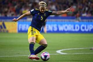 Den svenske forsvarsspiller Nilla Fischer hamrer bolden på stolpen via Sari Van Veenendaal i det hollandske mål.
