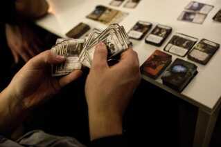 Martin og Simon startede med at spille magic cards og gik sidenhen over til brætspil. Når de er på turné, spiller de altid magic cards, inden de går på scenen. - Det må være noget af det mindst stjerne-agtige, vi gør. Det dulmer nerverne, når vi er på tour og får os til at slappe af, griner Martin.