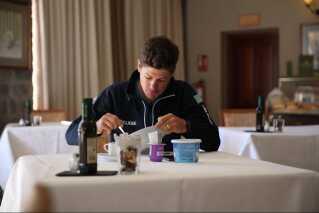 Jakob Fuglsang ved morgenmaden på Hotel Parador.