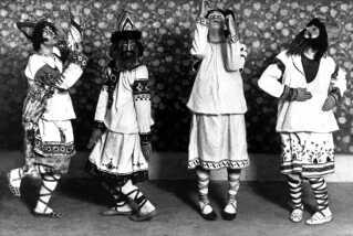 Dansere til premiere-udgaven af 'Le Sacre du Printemps', iklædt de traditionelle dragter og masker, der var med til at provokere publikum i en grad, så de begyndte at slås.