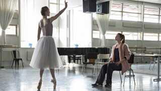 Da balletdanseren Darlings krop ikke længere selv kan præstere, påtvinger hun istedet den unge balletdanser Polly træningspresset.