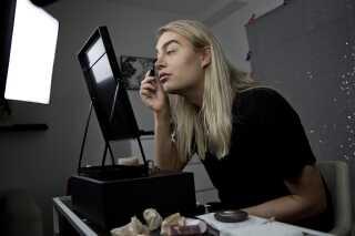 Mange folk tror, at Lasse Brogaard gerne vil ligne en kvinde, men det vil han ikke. Han vil gerne tiltales som en mand. 'Du kommer aldrig til at ligne en pige, du er alt for maskulin. Drop nu det der, man kan godt se, at du er en mand,' skriver de. - Det må man gerne kunne se, for det er jeg også! Jeg kan godt forstå, at folk synes, at det er så forvirrende. Der findes både drag queens, transkønnede mennesker og dem, der intet køn har. Der er så mange nuancer, og det er nemt at blive forvirret. Der er en huskeregel, som jeg tænker, er god. Hvis vedkommende hedder et drengenavn, så vil vedkommende tiltales som en dreng.