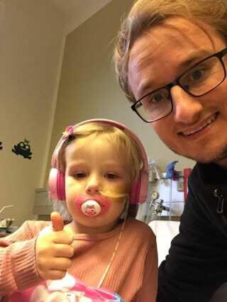 3-årige Gry Spangsberg Jessen med sin far Lasse Jessen. Gry gik konstateret leukæmi i efteråret 2018