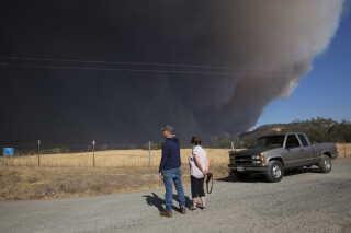 Patsy og Henri Brachais kan fra deres indkørsel se røgen fra skovbranden.