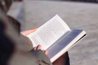- Mange bøger om sorg handler kun om sorg. Men når du sørger, skal du også hele tiden prøve at agere i en virkelighed. Det synes jeg, at jeg manglede lidt i de bøger om sorg, jeg havde læst. Og hele den der vanvidsfølelse havde jeg heller ikke set beskrevet.