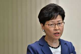 Regeringschefen i Hongkong, som mange analytikere mener er styret af det kommunistiske styre i Beijing, er i øjeblikket under massivt pres fra sine egne borgere såvel som udlandet.