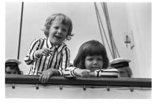 Prins Joachim og kronprins Frederik var som små drenge ofte ens klædt. Her ombord på kongeskibet Dannebrog.