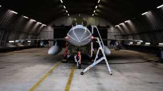 En F16 i et beskyttet shelter på flyvestation Skrydstrup. Sikkerheden bliver skruet i vejret, når basen bliver hjemsted for de nye F35-kampfly.