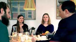 Ida Mogensen (th.) på 18 år går til daglig på Virum Gymnasium. Hun er en af de fire unge, vi tog med ind til uddannelses- og forskningsminister Tommy Ahlers.