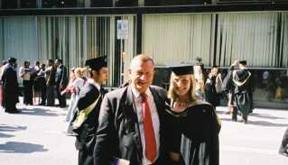 En stolt Peter Brixtofte sammen med Marie i 2003, hvor hun fik sin master of science i finans og økonomi.