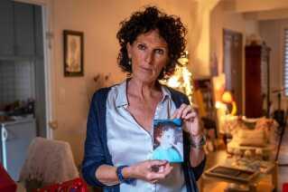 Den franske kvinde Christine Morin viser et foto af sin søn Thomas, der sluttede sig til IS i 2015. Christine Morin kæmper i dag for at få sit 18 måneder gamle barnebarn og barnets mor til Frankrig.