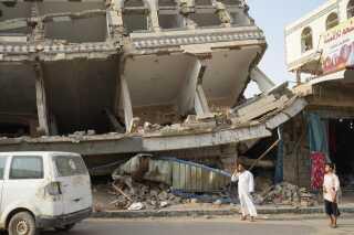 Mange steder i området, hvor familien bor, vidner om luftangreb. Sundhedssystemet i Yemen er også nær et kollaps, og det er svært at opdrive specialister, der kan hjælpe krigsofre.