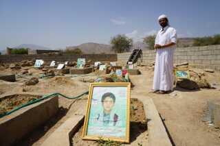 På denne gravplads i landsbyen Dahyan er de fleste af de 40 dræbte børn fra angrebet begravet. Også flere af Younes' venner.