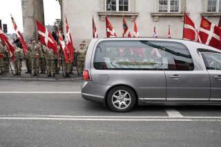 Prins Henriks kiste køres bort. Flere militærforeninger var desuden mødt op med deres faner for at vise prinsen den sidste ære.