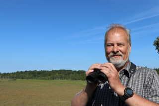 Ornitolog Carsten Andersen har talt ynglende tranepar på Bornholm i mange år. I 2000 var der 5 par. I 2018 er der mere end 60 par.