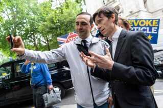 Rory Stewart er blevet kaldt et frisk pust i formandskampen i Storbritannien. Det lader dog til, at han ikke har haft lige så stor opbakning blandt kollegaerne, som på de sociale medier.