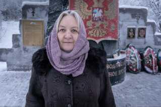 Galina Khoreva ved mindesmærket for Kursk-tragedien i Murmansk.
