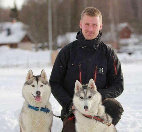 Levi med sine to Siberian Huskyer, Whoopi og Ella.
