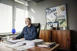 Lars Larsen på sit kontor i Jysks hovedsæde. Her finder du ikke en computer.