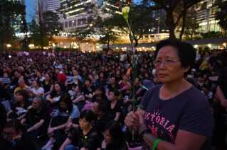 Fredag samledes mødre i Hongkong for at vise deres utilfredshed med politiets behandling af de unge demonstranter, der onsdag blev mødt med gummikugler og tåregas.