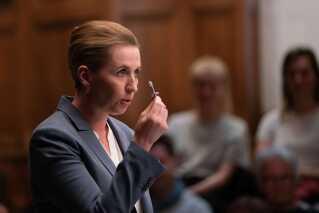 Ét af de store samtaleemner efter duellen var Mette Frederiksens billygtepære, som hun havde taget med hjemmefra.