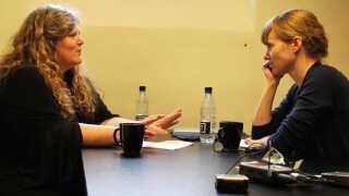 Tre krimitalenter fik en time i en celle med en forfatter under Krimimessen i Horsens. Her får Christina Vorre (th) gode råd fra Lene Kaaberbøl.