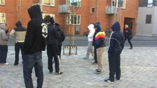 Tirsdag var flere hætteklædte LTF-bandemedlemmer mødt op ude foran retten.