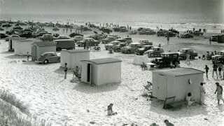 Den Hvide By fra dengang hvor bilerne kørte helt ned til husene på stranden.